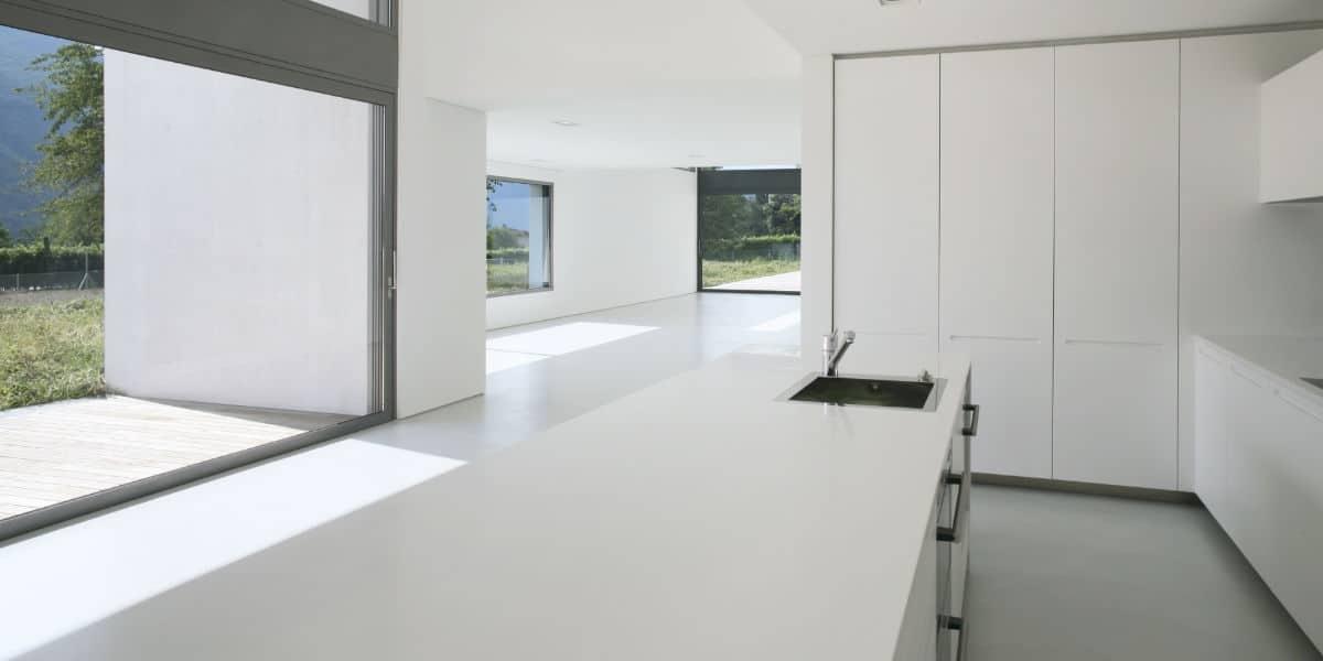 grijze gietvloer keuken